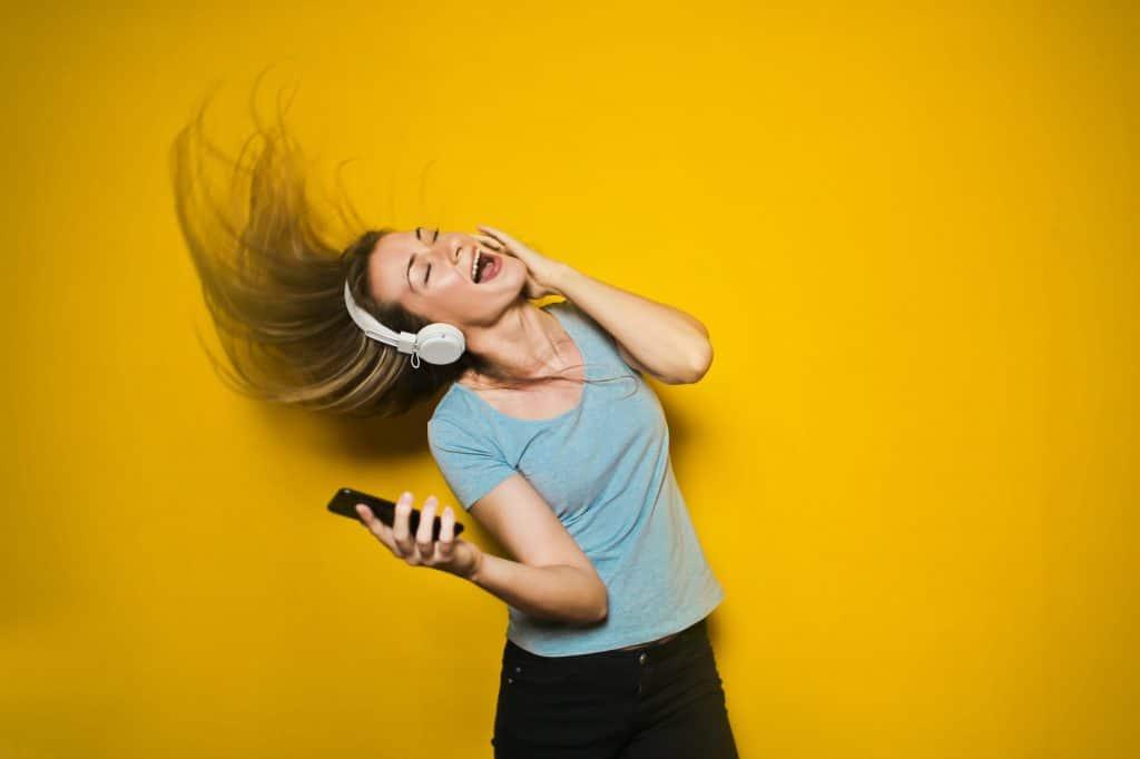 """หากการ """"Work from Home"""" แล้วไม่มีสมาธิพอ การฟังเพลงช่วยคุณได้"""